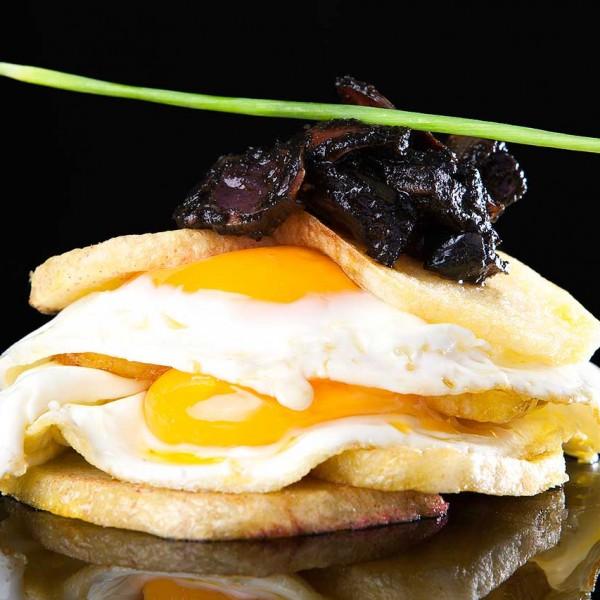 Huevos rotos con chipirones
